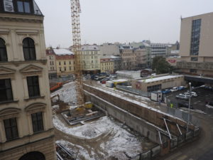November 10, 2016 – There is a 45 metres derrick with a 50 metres long boom dominating the bulding site. In historical city center of Brno is derrick like that one for the first time!
